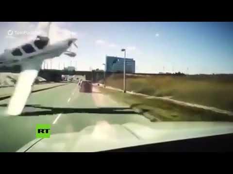 Avioneta Fuera De Control Casi Choca Contra Un Coche En Una Carretera De Canadá