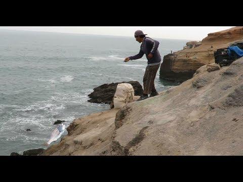 ¡ASOMBROSO! PESCADOR PESCA LORNAS Al Filo De Un Acantilado Del Mar---Pesca Artesanal