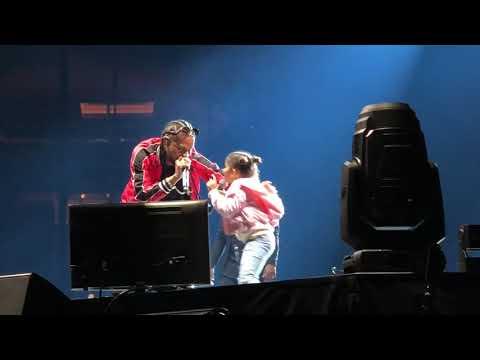 Mozart La Para sorprende el público de MSG con la entrada de su hija Charlotte en tarima