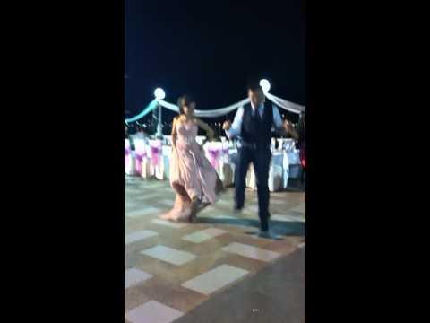 Matrimonio albanese - lo sposo e la sposa ballano