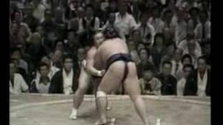 14e jour de l'Aki 1981. Victoire du Sekiwake Kotokaze face à Sadano...