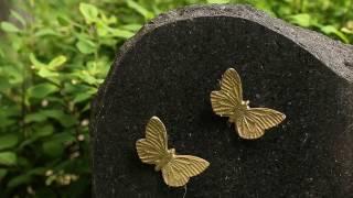 Perhonen hautakivessä