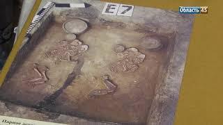 В курганском музее за экспонатами следит хранитель, а художники работают с дрелью