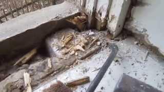 Демонтаж деревянного окна.