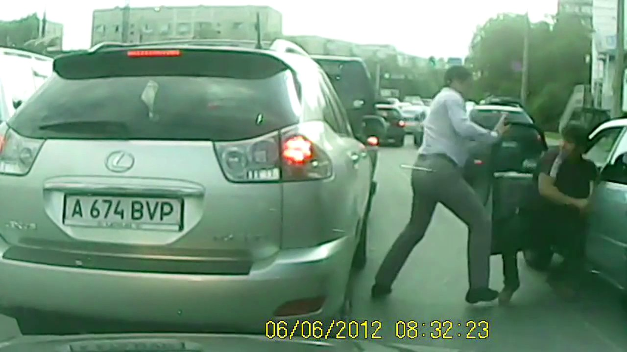 Драка на дороге в Алматы Беспредел Драка махач смешно ДТП ахаха жестоко гоп