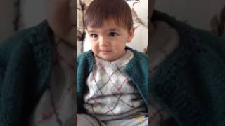 Türkü söyleyince ağlayan duygusal bebek