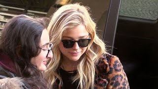 Baixar EXCLUSIVE: Chloe Moretz at the airport and with fans in Paris