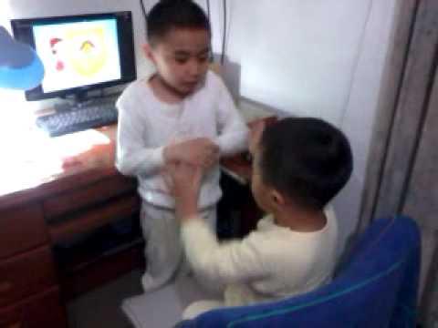 兩兄弟....這是在打架嗎 - YouTube