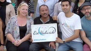 Dubai, volontari offrono l'Iftar agli operai dei cantieri edili durante il Ramadan