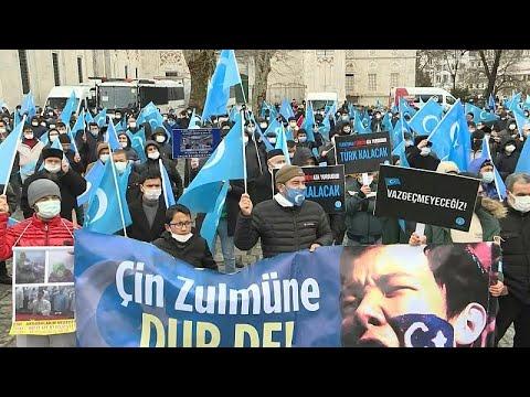 شاهد: الاويغور يتظاهرون في اسطنبول احتجاجا على زيارة وزير الخارجية الصيني…