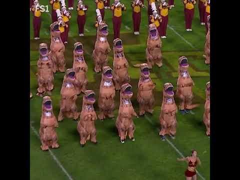 Sarykarmen Rivera - VIRAL: Banda marchante incluye a dinosaurios en su rutina y es un éxito