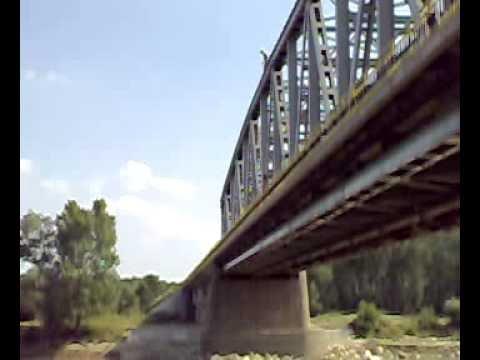 un nebun sare de pe pod