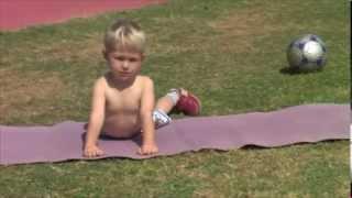 Фитнес для детей - бег, кувырок и отжимания. Мишке 2,5 года(Детям нравится двигатся. http://fit4mama.ru/fitnes-dlya-detej-zanimajtes-veselo-i-na-zdorov-e/ Они делают это радостно и с удовольствием...., 2013-11-22T09:59:34.000Z)