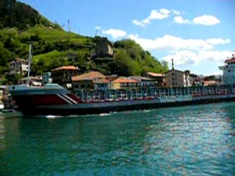 Salida de un barco del Puerto de Pasaia