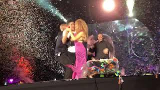 Fan se sube al escenario y sorprende a Shakira (Estadio Azteca 2018)