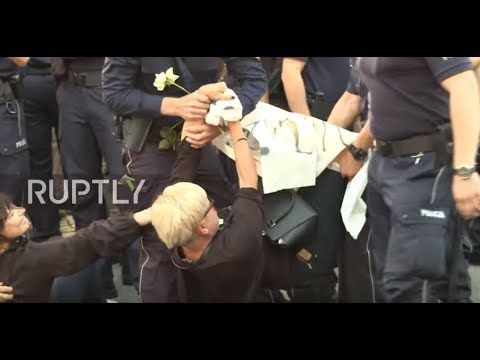 Poland: Police forcibly remove activists protesting nationalist rally on Armed Forces Day
