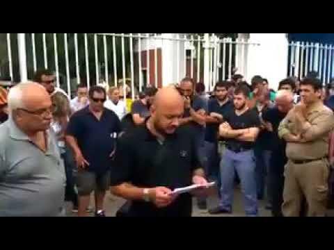 Un trabajador se quiebra al leer la lista de sus 34 compañeros despedidos