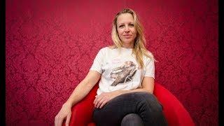 AUF DEM ROTEN STUHL | Nina Proll