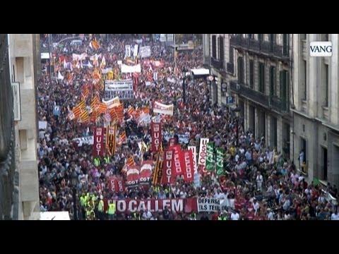 Multitudinaria manifestación de funcionarios en Barcelona contra los recortes