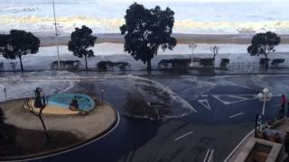 Ola arrasando paseo marítimo de Riazor