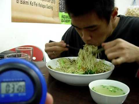 TANTANGAN 1 REKOR Bakmi Ko Fei (Fast Eating 1kg Noodle Challenge) by OWEN
