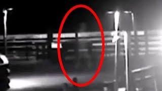ハリケーンの最中、人型の白い影が歩いている姿がとらえられる。「グレイマン」と呼ばれる幽霊なのか?(アメリカ)