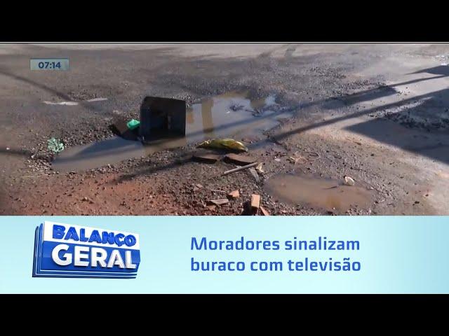 Buraqueira - Santa Lúcia: Moradores sinalizam buraco com televisão