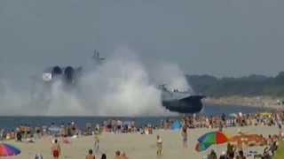 Barco militar ruso invade una playa del Mar Báltico con miles de bañistas