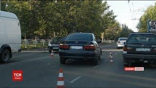 У Херсоні автомобіль вилетів на зупинку, одна людина загинула