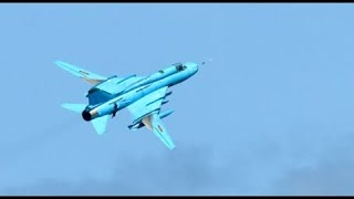 Máy bay SU 22M4 của Việt Nam nhào lộn trên không | Video clip