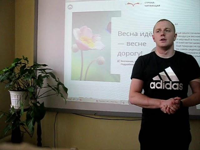 Изображение предпросмотра прочтения – АлександрСаваринюк читает произведение «Весна, я с улицы, где тополь удивлён...» Б.Л.Пастернака