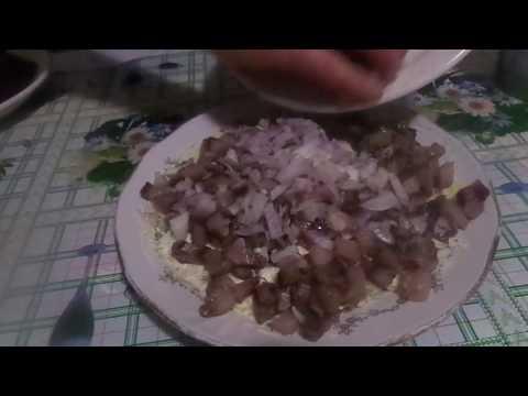 Приготовление очень вкусной селедки под шубой с овощами.