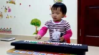 Đường và chân sing and play the piano