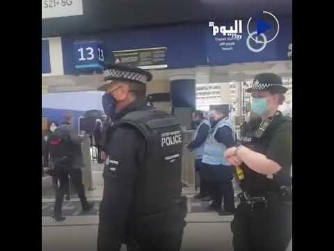 فيديو طريف.. هذا ما فعله رئيس الوزراء البريطاني بوريس جونسون للحاق بالقطار في محطة