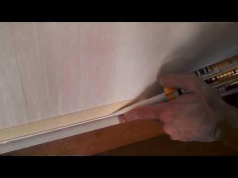 Как заделать щель между полом и стеной под плинтусом