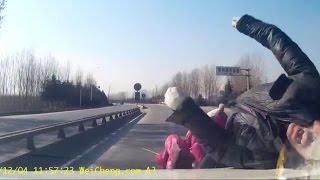 指示器出さずに斜め渡りする二人乗りバイクを盛大に轢いてしまった・・・・・・・ thumbnail