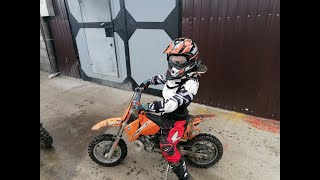Леонид покоряет грязь на мотоцикле