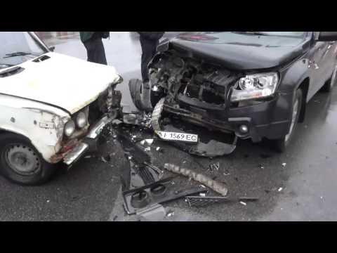 Автомобильная авария.ВАЗ-2106 и SUZUKI Grand Vitara столкнулись на перекрёстке.
