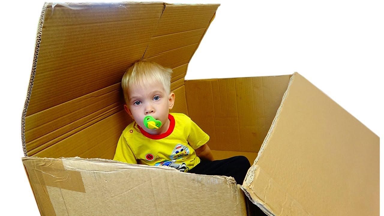 Лерочка и малыш в коробке с игрушками