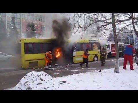 В Саратове горит автобус, тушат снегом)))