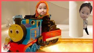 토마스 기차 타고 국민이 키즈카페 놀이터 숨바꼭질! 주방놀이 색깔놀이 Learn Colors with Thomas train toys Nursery rhymes songs