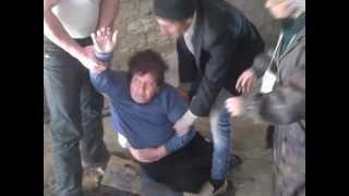Repeat youtube video Bakıda bir neçə ailə zorla evlərindən çıxarıldı