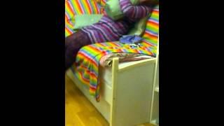 Девочка трахает подушку2