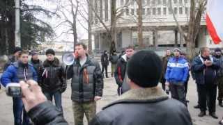 """Симферополь, 1 марта 2014, """"вежливые люди"""" оставляют парламент Крыма"""