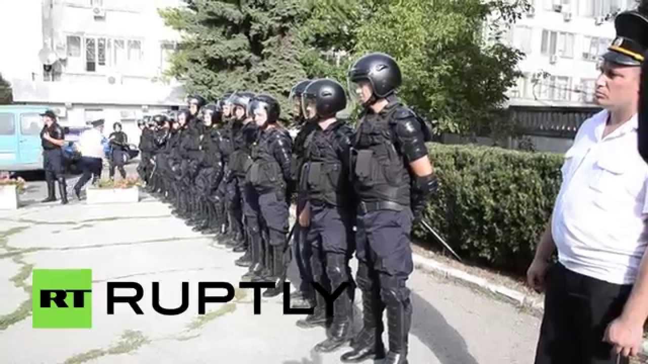 Митингующие в Кишиневе разбили палаточный городок перед зданием правительства