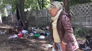 В Мариуполе бездомная женщина живёт под стенами центра для детей с особенностями