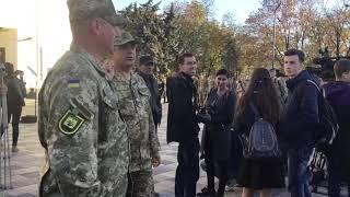 Матери призывников переживают перед отправкой сыновей в армию