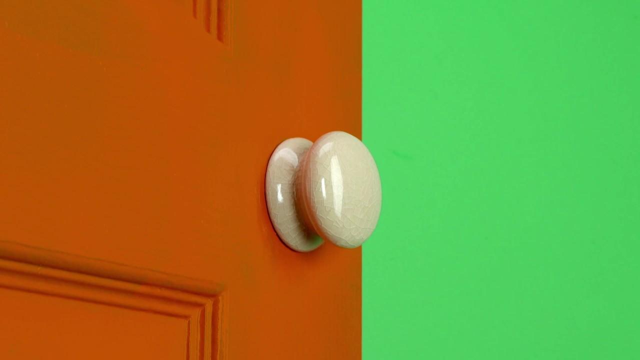 Homebase Hack No 14 - Painting Around a Door Handle - Decorating Hacks & Homebase Hack No 14 - Painting Around a Door Handle - Decorating ...