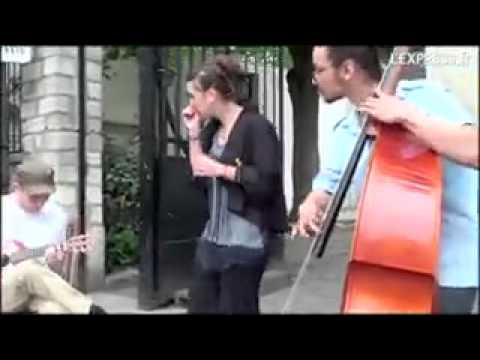 клип брюнетка поет на французском: