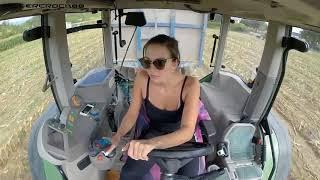Девушка гоняет на тракторе с огромным прицепом